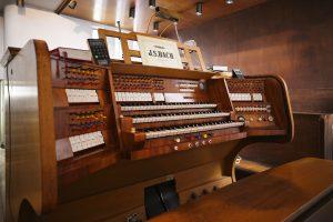 Spieltisch der Orgel in St. Bernhard